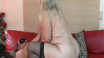 Fat amateur wife fingers and takes a face
