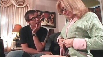 Sweet young slut great delivre fucked on sofa to please the manager